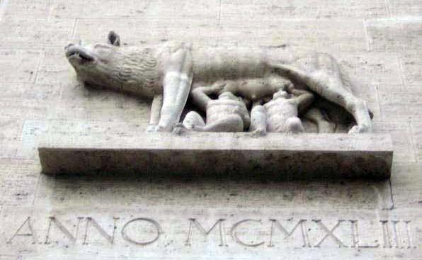 Die kapitolinische Wölfin säugt Romulus und Remus, die Kinder des Kriegsgottes Mars und die sagenhaften Gründer Roms im Jahre 753 v. Chr. (Faschistische Bauplastik in Rom aus dem Jahre 1943)